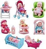 deAO Colección de Muñecas Bebé Tamaño Mini (13cm) y Accesorios Conjunto Incluye 8 Muñecas, Bañera, Trona, Carrito, Cuna, Andador y Más